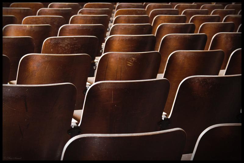 DIVADLO - Utorok 7:50-8:20 (Ms. Miška)Hoci divadlo nie je realita, ale imitácia reality, mnohé divadelné princípy dokážu obohatiť náš život. Tínedžeri potrebujú bezpečné miesto a o to sa (dosť optimisticky) snažím na mojich hodinách divadla. Prečo? Aby sme pocítili, aké to je, hrdo stáť pred obecenstvom, aby sme získali pochopenie ako prostredníctvom slov vzbudiť v druhých vášeň a oheň a zároveň zdvorilo vyjadrili svoje názory, aby sme so sebavedomím a sebaláskou zaobchádzali ako s potrebou. Aby sme vnímali všetky naše údy, zmysly, emócie a vlastné ja. Ale čo je najdôležitejšie je, že ukázať, že všetci máme čo povedať a zaslúžime si byť vypočutí.
