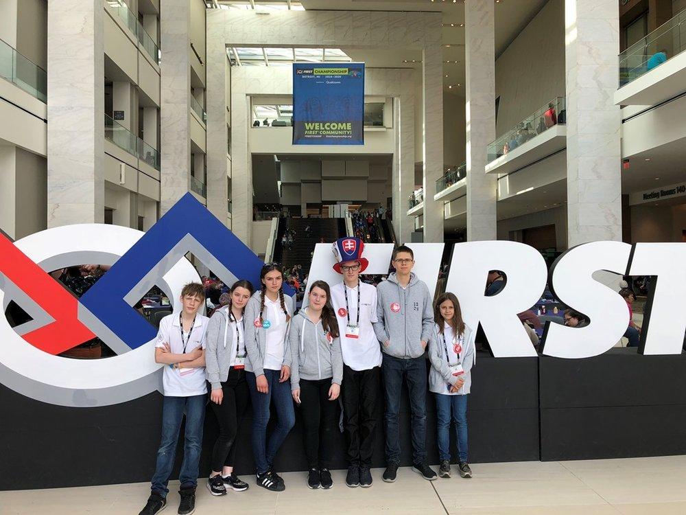 IT-PRO-BESST tím pred logom súťaže FIRST LEGO League.jpg