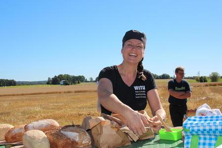 Kjersti With - Elsker godt brød! Uniform og politibiler er byttet ut med forkle og bakerovn og andre utfordringer! Har etablert 4 avdelinger med hjemmebakts som fokus.