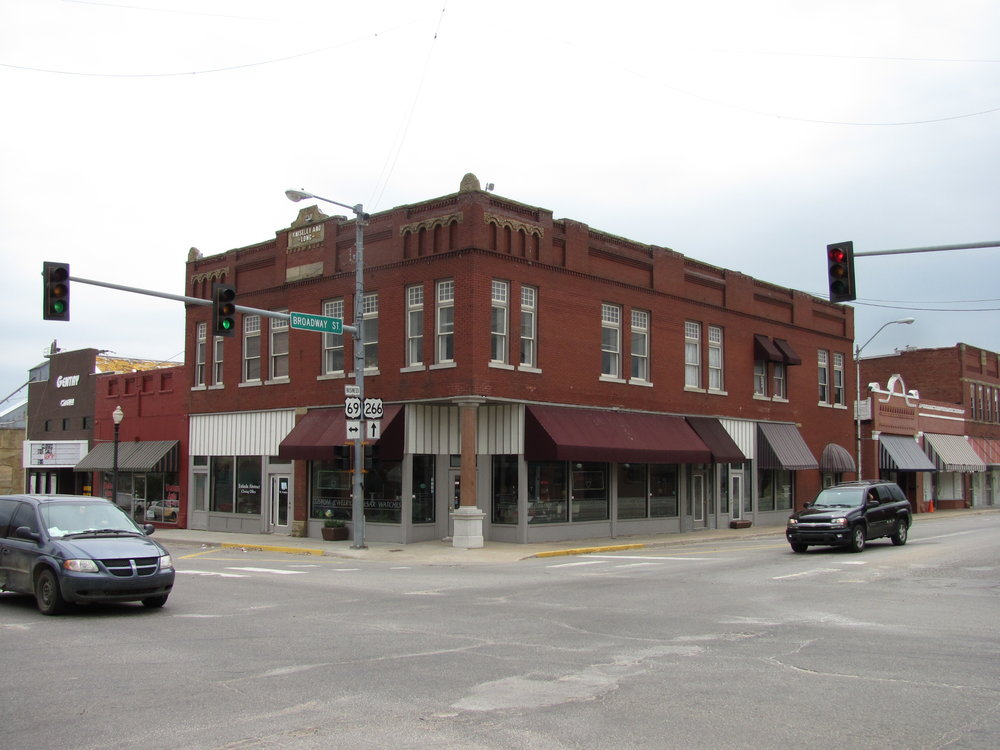 Kniseley and Long Building, Checotah Oklahoma   By John Phelan - Own work, CC BY 3.0, https://commons.wikimedia.org/w/index.php?curid=15214119