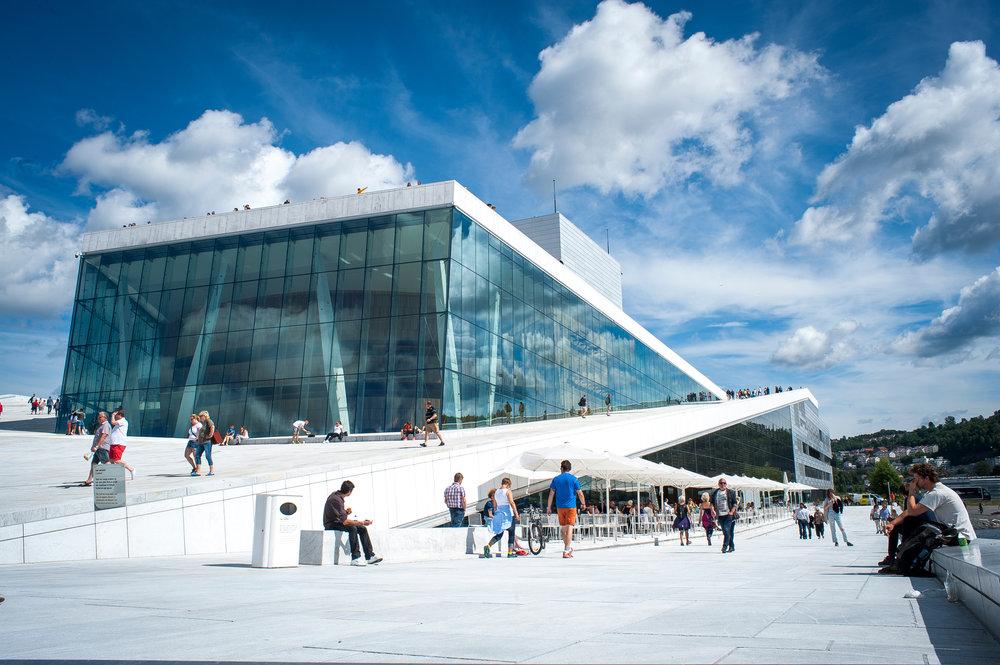 遊人隨意在歌劇院屋頂休憩和觀光(圖片來源:VisitOSLO/Thomas Johannessen)