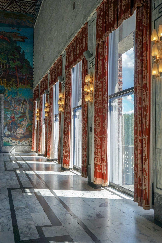 二樓的落地玻璃讓陽光曬進來,窗簾上也有些織布圖騰