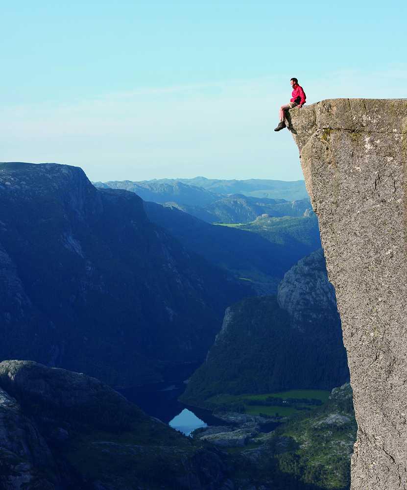 三面都是近90度的懸崖峭壁,直視呂瑟峽灣Lysefjorden(圖片來源: Shutterstock)