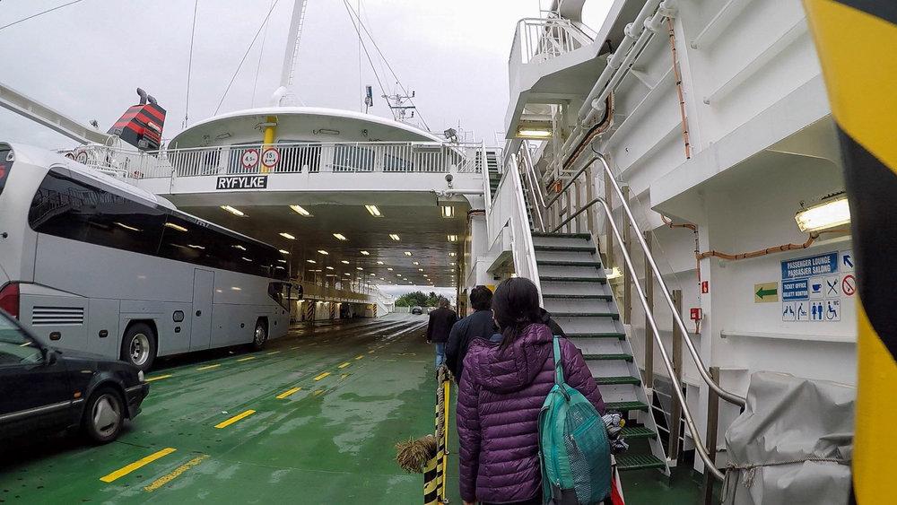 容得下遊人和汽車的渡輪由斯塔萬格開往Tau