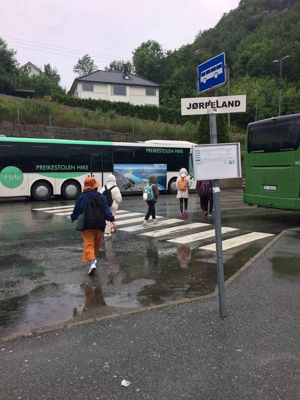 下船後馬上有專線巴士接駁