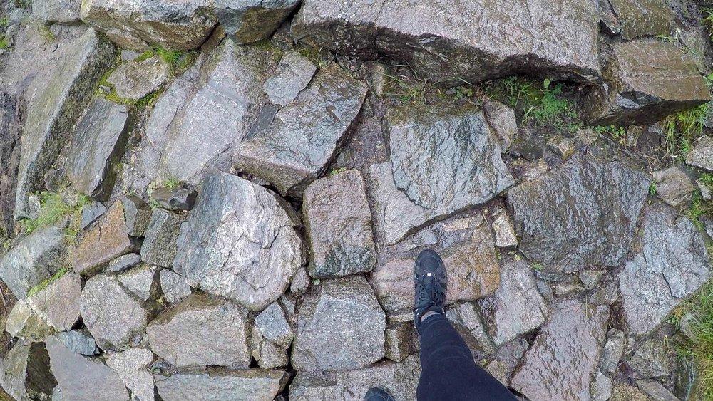 上山時開始下雨,碎石路變得濕滑危險
