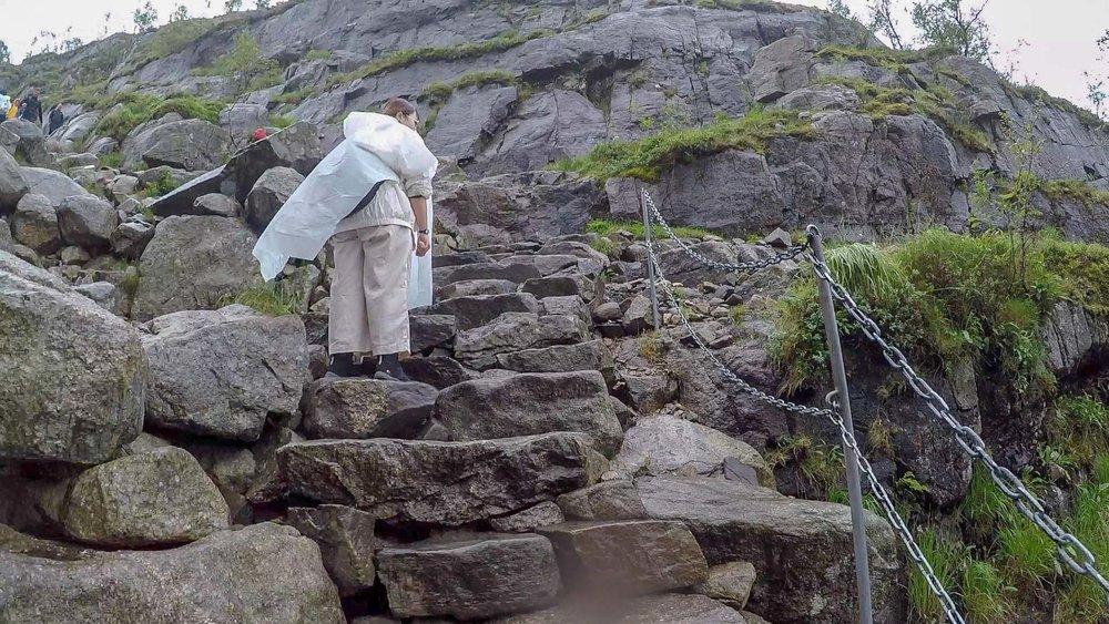 即便有鐵鏈在旁可以借力輔助,但必要時候,還得四肢並用才能夠爬過去。