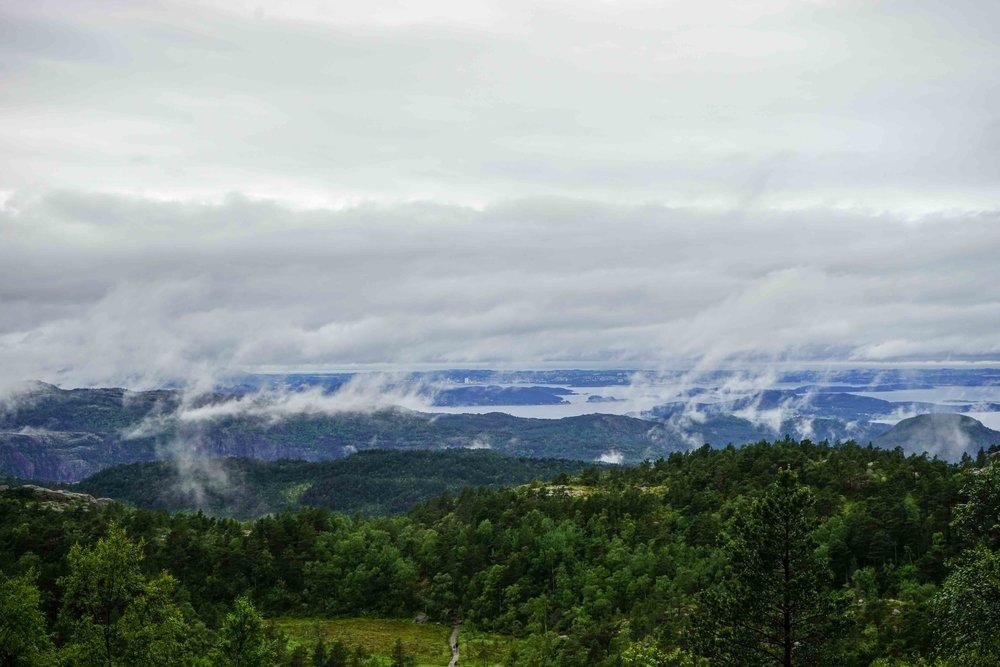 下山的過程中,驚見濃霧漸漸散去,甚至能眺望Stavanger市中心!