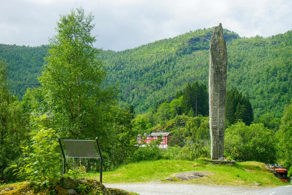 看到佇立在此的長石碑,自然美景就開始一連串地奔入眼薕!