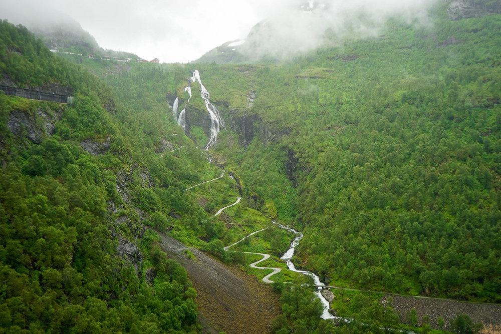 山巒上有不少如髮絲般的小瀑布。