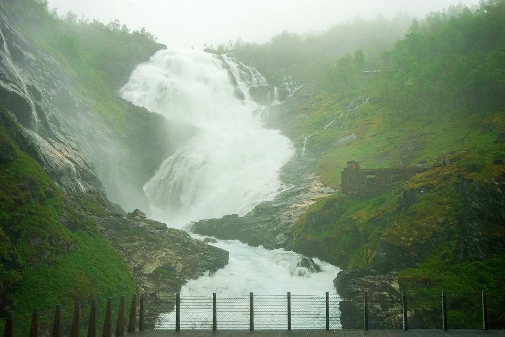 趕在眾人離去後,為Kjosfossen瀑布拍的獨照。