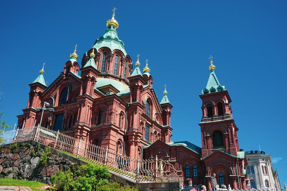 依著小山坡而建的教堂揉合俄式建築風格,用金綠圓頂配襯啡紅磚牆。