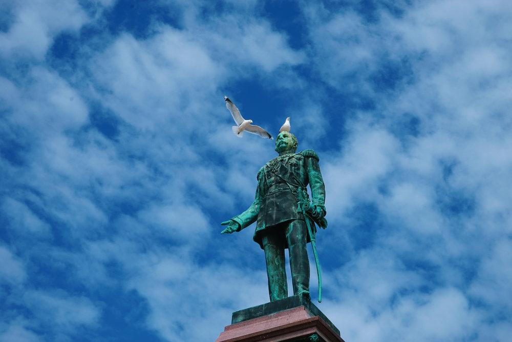 赫爾辛基大教堂前的雕像,吸引不少白鴿停留。