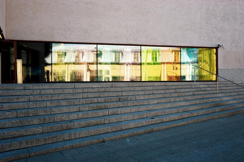 河畔另一側,居然坐落了一坐極富現代感的圖書館,為古城帶來不少時代衝擊感。