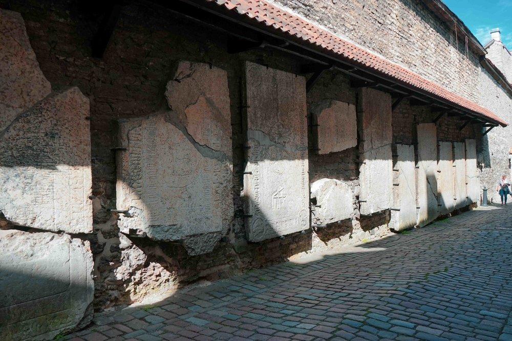 位於下城區的城牆下依然保留斑駁的文物