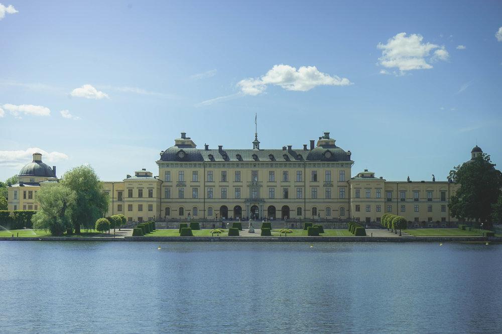渡輪泊岸前,在遠處能夠感受卓寧霍姆宮的全貌。宮殿塗上淡淡的奶油黃色,沒有譁眾取寵的外表,與背景自然糅合。