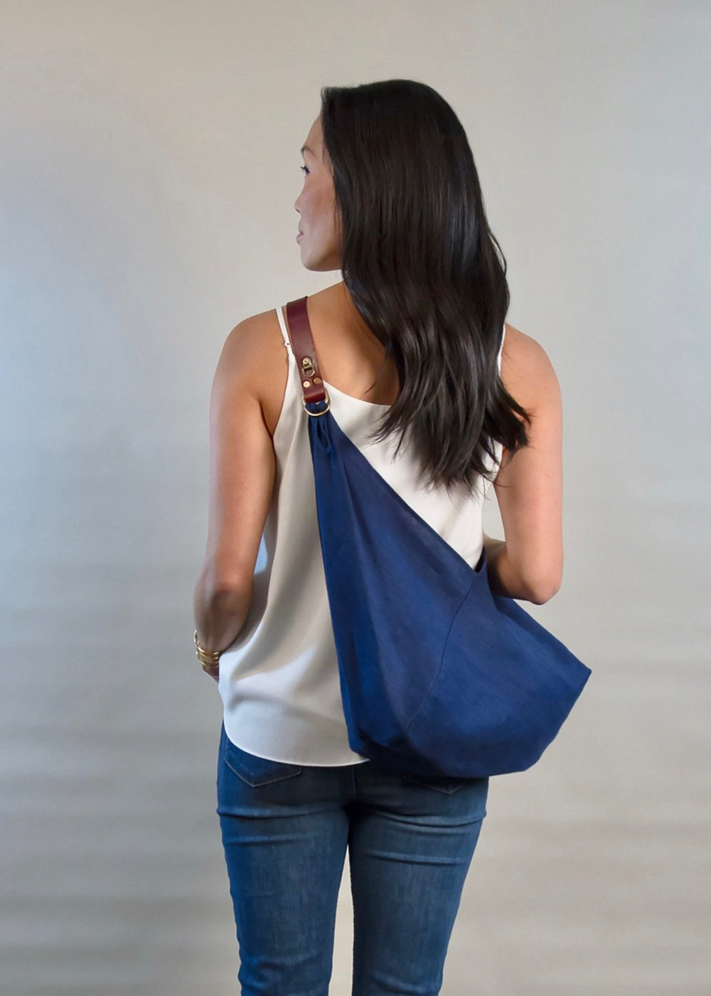 - SMALL LINEN BAG IN INDIGO W/ ORIGINAL HANDLE IN BURGUNDY
