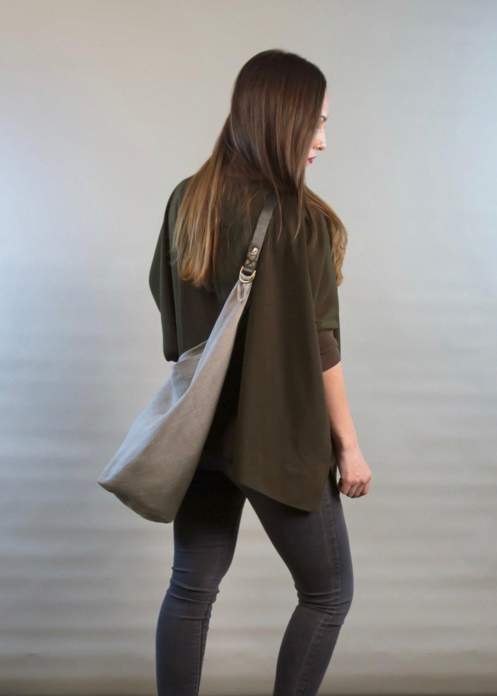 - LARGE LINEN BAG IN NATURAL W/ ORIGINAL HANDLE IN BLACK