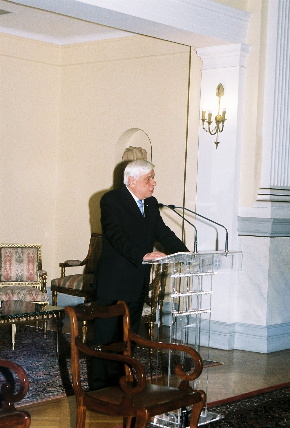 Preisdent Pavlopoulos welcoming the delegation to the Presidential Mansion.