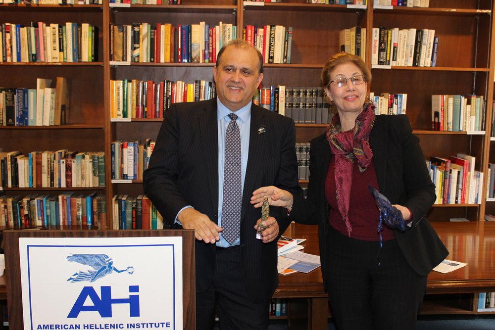 Professor Victoria Economou presents Nick Larigakis with a memento on behalf of the University of Piraeus.