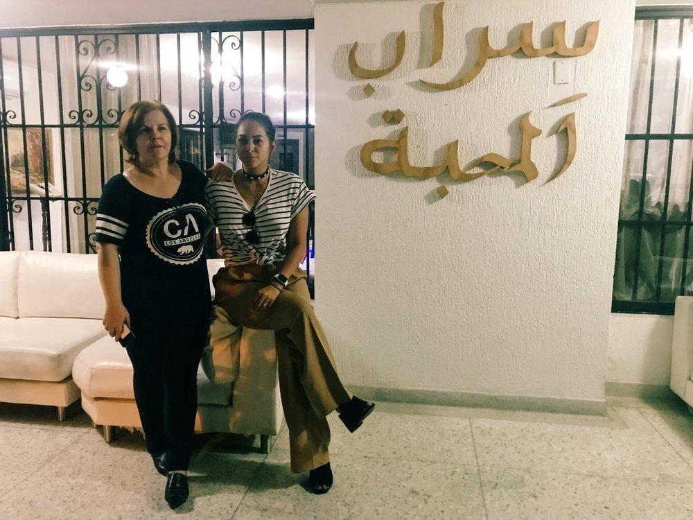 """En la puerta de Sarab! las palabras en arabe significan """"la vida es bella"""""""