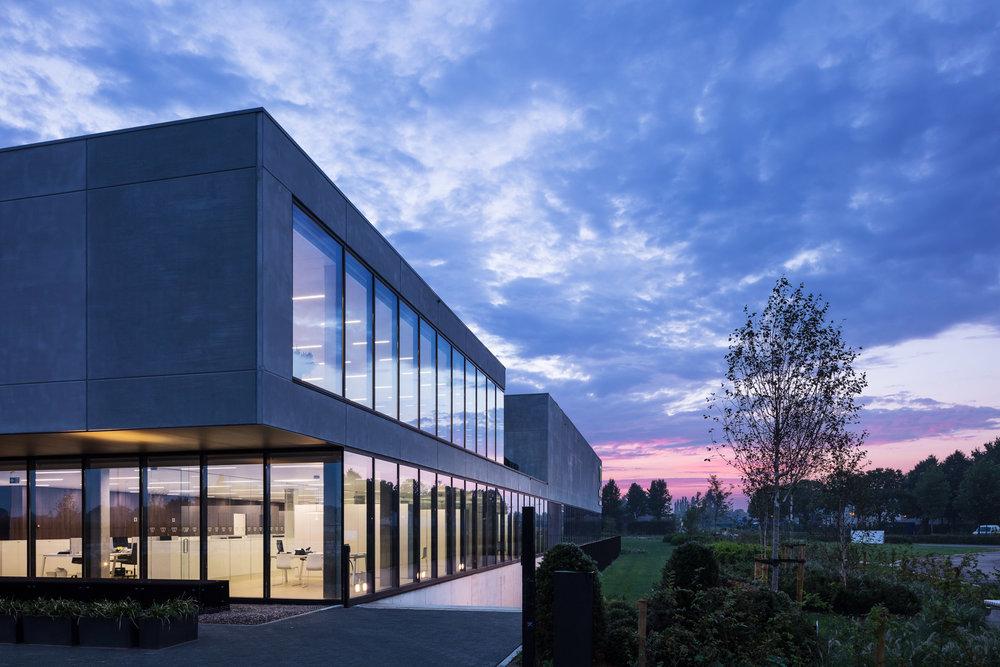 Geel | Willis Building 's avonds