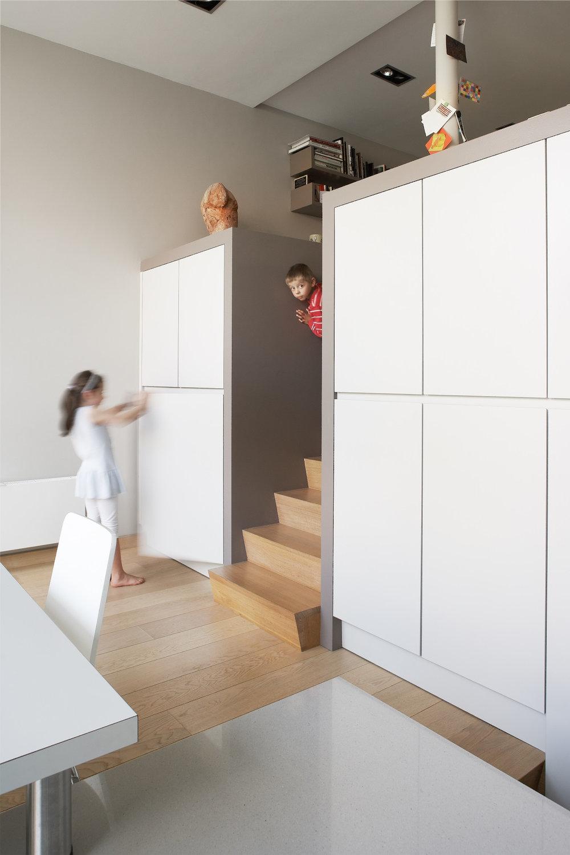 Rijkevorsel | Interieur: kind opent kast