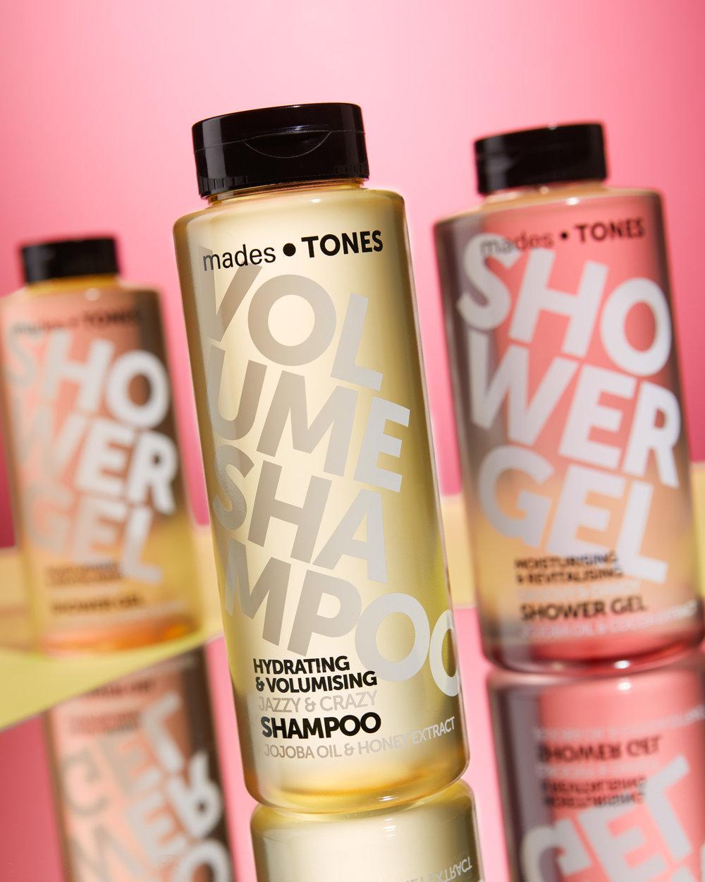 Product foto van shampoo en douche producten met roze en gele kleuren