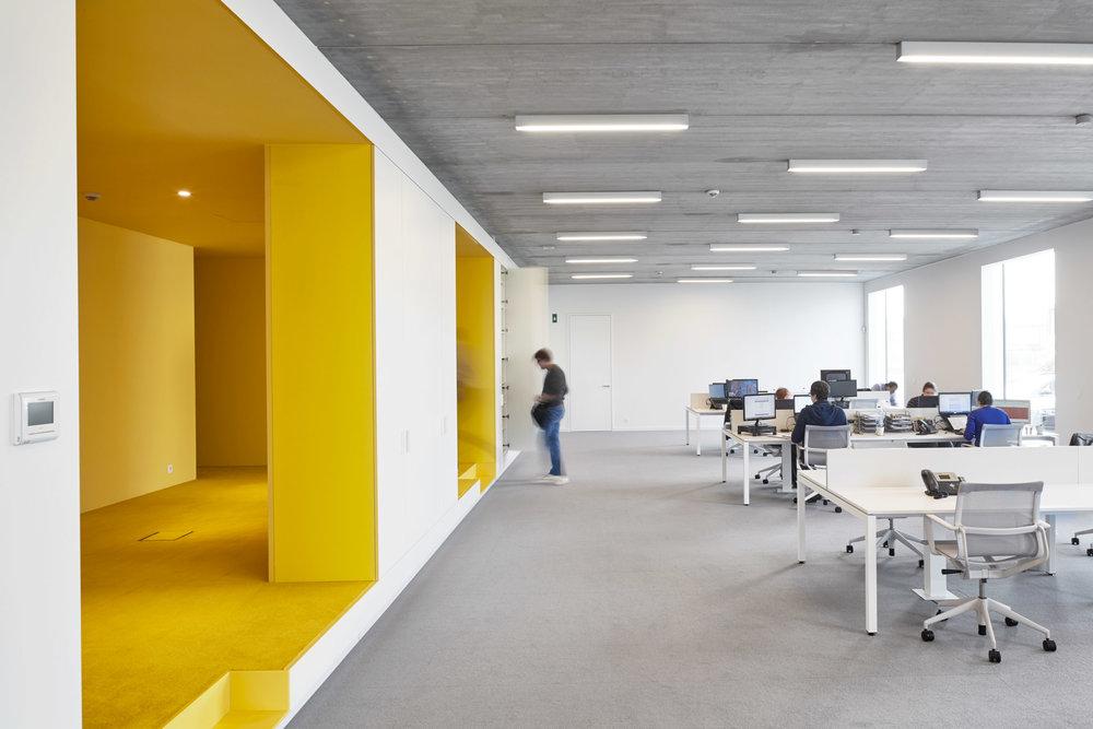 Duffel | Interieur open werkplek met gele accenten