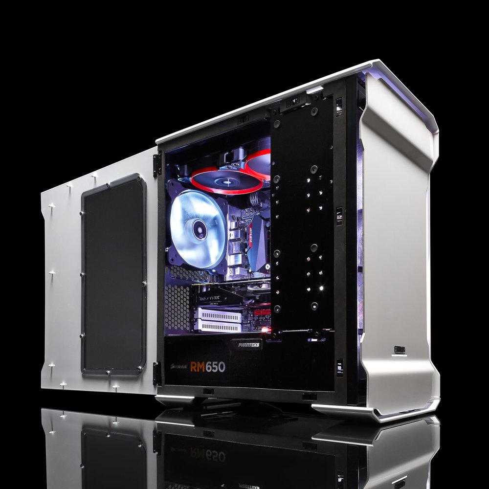 Product fotografie van computer met verlichte binnenkant