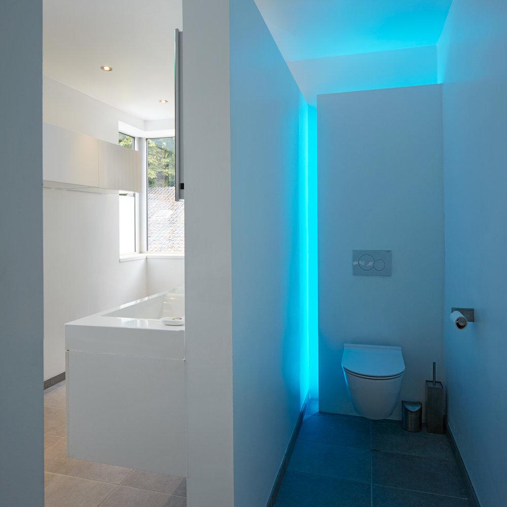 Antwerpen | Interieur van badkamer met WC met blauwe led verlichting