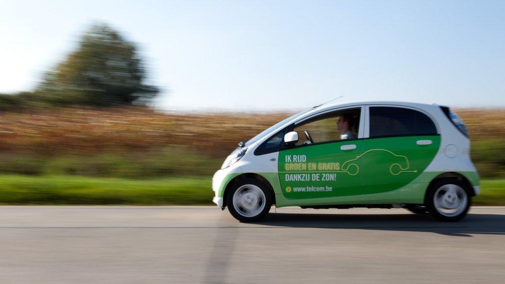 Dynamisch beeld van rijdende elektrische auto