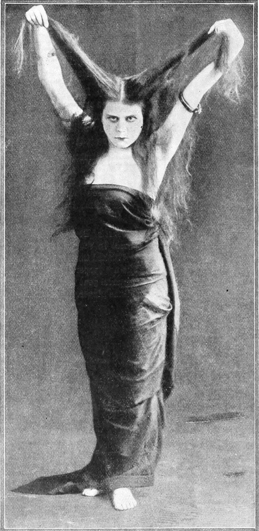 Theda_Bara_in_vampire_pose,_1918.jpg