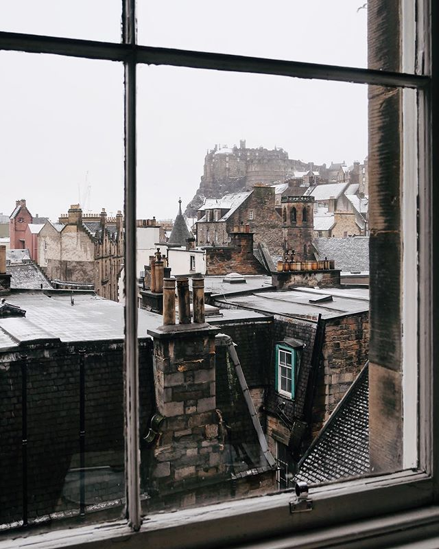 'Windows open out onto the universe around you, but doors will take you to where your imagination lies.' Anthony T.Hincks ~ Dreich weather or not, I can never get tired of these views of @edinburghcastle. Can you guess where I took this photo from? 🏰