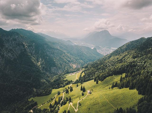 Just behind the town of Kufstein lies the Wilder Kaiser mountain range. With its green valleys and rugged mountain tops it offers the perfect weekend getaway. Just watch out for the cows 🐄⠀ .⠀ .⠀ .⠀ .⠀ .⠀ .⠀ .⠀ .⠀ .⠀ .⠀ #djimavicpro #dronephotography #dronepointofview #dronestagram #fromwhereidrone #visittirol #visitaustria #kufsteinerland #austrianalps #passionpassport #dronegear #dronegram #theweekoninstagram #beautifuldestinations #earth #artofvisuals #visualsofearth #folkscenery #stayandwander #earthoutdoors #travelphotography #visualscollective #earthpix #lifeofadventure #pathfinders #agameoftones #natgeotraveler #wildernessnation #lonelyplanet #fantastic_earth ⠀