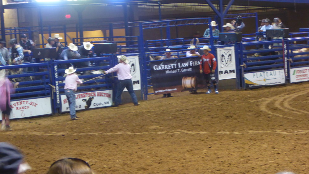 Sadly it is nearly impossible to take good action pictures (too blurry) but here at least one of the moment of the moments - right before the gate for the bull rider will be opened!  Leider ist es nahezu unmöglich gute Fotos in voller Aktion zu machen (zu verschwommen) aber hier zumindest eins von dem Augenblick der Augenblicke - kurz bevor das Tor für den Bullenreiter geöffnet wird!