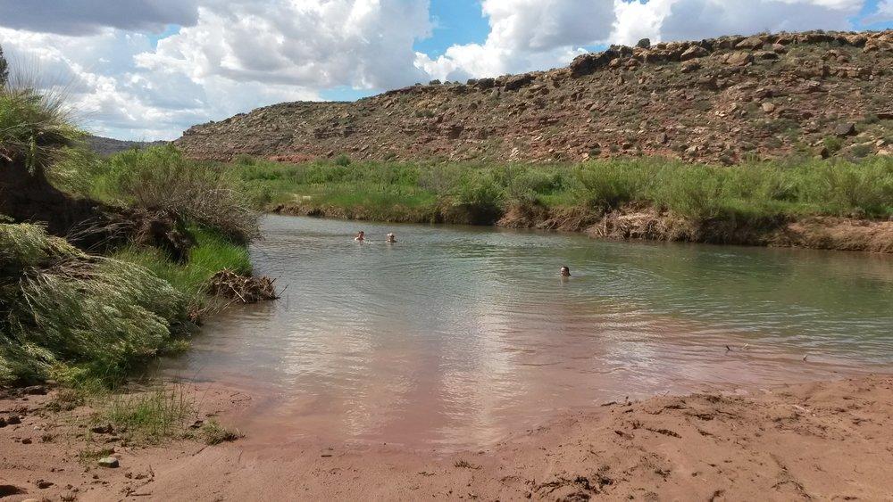Us humans prefer to go swimming in the Pecos River when it is really hot.  Wir Menschen ziehen es vor im Pecos River schwimmen zu gehen, wenn es sehr heiss ist.