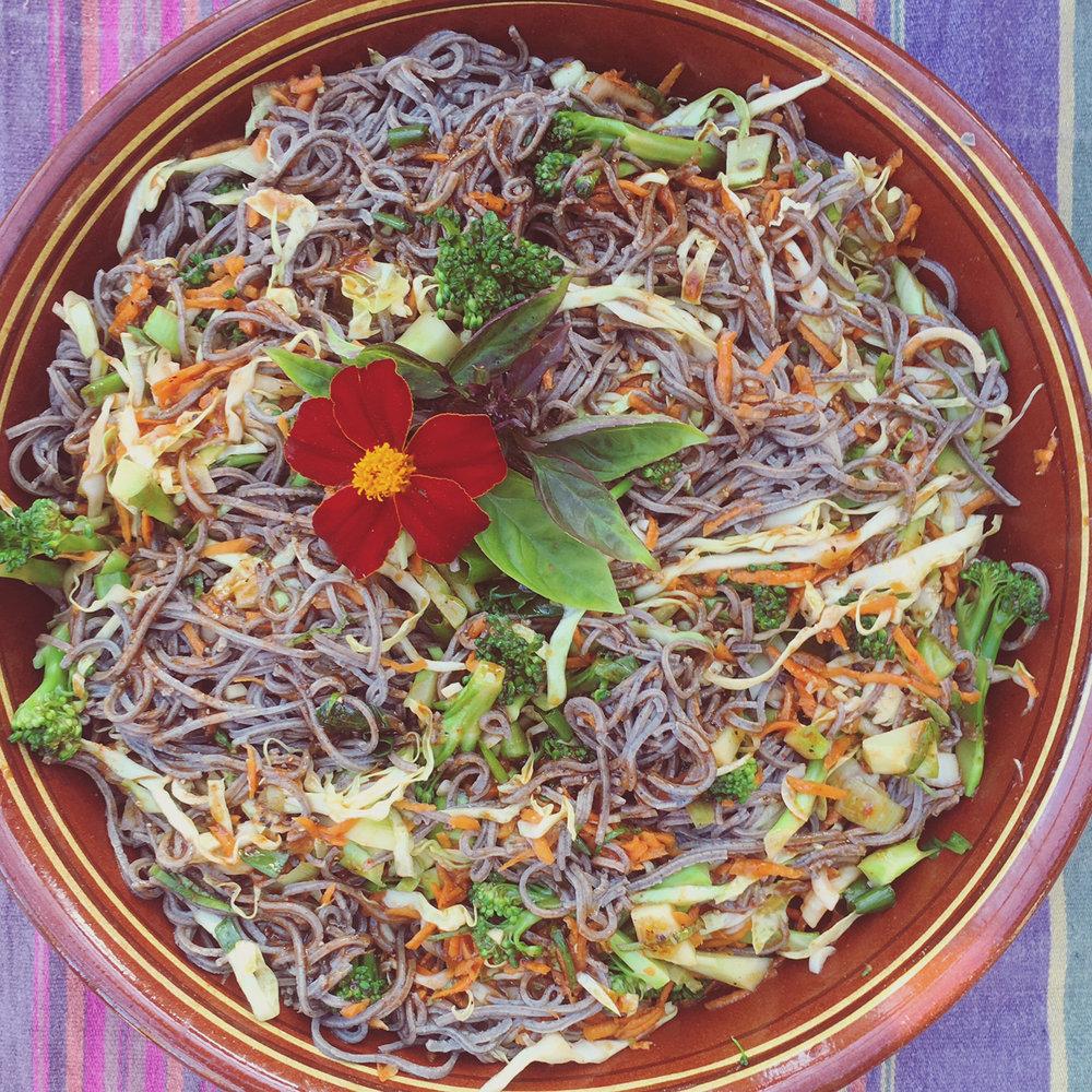 Asiatisk salat med lokale råvarer og tangpasta