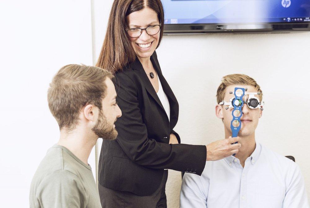 Meisterkurs inkl. Optometrist HWK - Die Meisterschule des ZVA bietet Augenoptikern drei verschiedene Meisterkursmodelle an, die sie sicher und in kürzester Zeit zum Meistertitel im Augenoptikerhandwerk und zum Optometristen HWK führen.