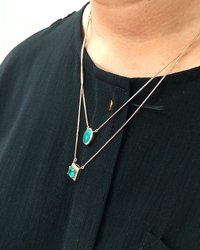 🙆🏻‍♀️✨Another stylish option for those who don't like their emeralds to be joined together. You can have the choice to combine or wear them separately to suit all occasions 😍❤️ . . . . . #luxurylifestylefashion #elegantwear #weddingseason #gemstone #diamonds #diamondjewelry #jewellerybrand #jewelleryaddict #finejewellery #finejewels #instajewellery #jewellerygoals #luxury #bridesjewellery #jewelleryshopping #potd #earrings
