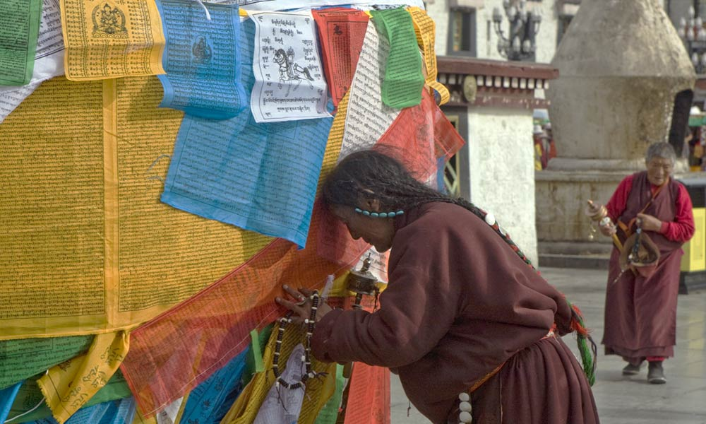 3-tibet-pilgrim-with-prayer-Flags-lhasa-tibet-copyright-sanjay-saxena.jpg