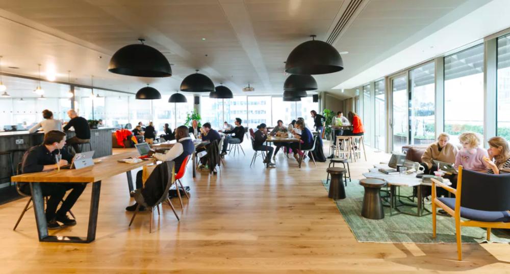 Moorgateオフィスの内部。共有スペースは広く、落ち着いている雰囲気。 出典:https://www.wework.com/buildings/moorgate--london