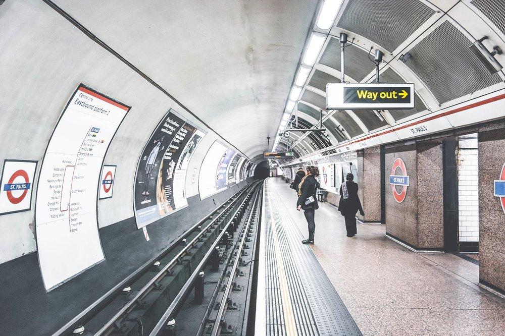 ロンドン地下鉄のプラットフォーム。出典: https://pixabay.com/photo-1209419/
