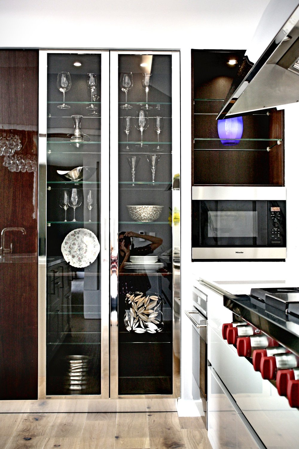 william-adams-design-chapultepec-mexico-city-kitchen-display-cabinet-miele-microwave.jpg