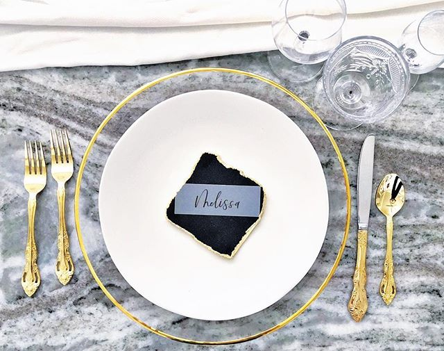 Minimalism is about intentionality, -not deprivation.  So YES all day long to @accelrentals beautiful table settings! One of my favorite things is seeing people mix and match their table settings, whether it's the chargers and plates, cutlery, or (you can't really see it here) my fave, a variety of textured and colored drink ware! Intentional styling with simple features that pop.