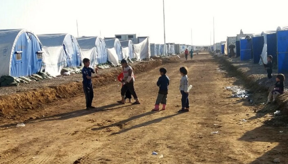 Children playing inside Al-Qayara emergency site in Iraq, one of approximately 12 emergency camps. (Photo: IOM)