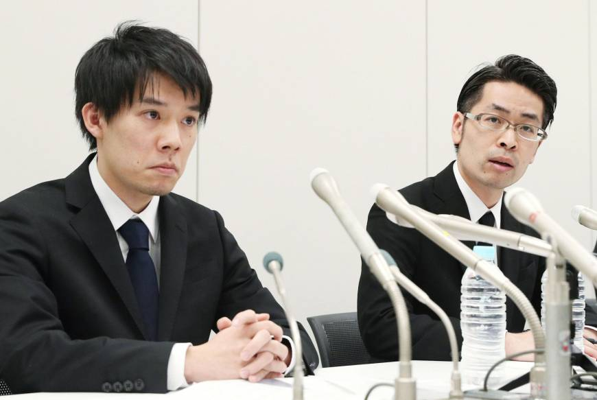 Coincheck CEO Koichiro Wada (left) and board member Yusuke Otsuka announce to media in Tokyo the loss of 58 billion yen (534 million USD) worth of NEM coins to a hacking attack on Jan. 26. (Source: KYODO)
