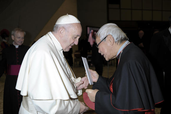 Retired Archbishop of Hong Kong Cardinal Joseph Zen hand-delivers a letter to Pope Francis at the end of the Pope's weekly general audience at Vatican City on Jan. 10, 2018. (Source: AP)