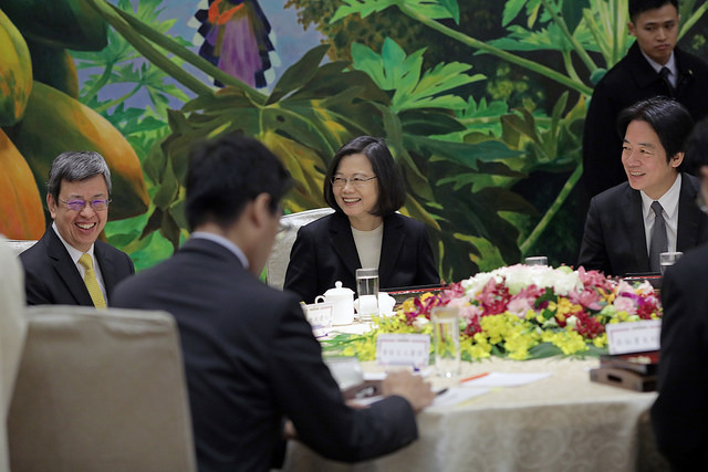 Taiwan's President Tsai Ing-wen (center) hosts a lunch meeting, with Vice President Chen Chien-jen (left) and Premier William Lai (right), along with the other heads of the branches of Taiwan's government, in attendance on Jan. 11, 2018. Photo: Office of the President of the Republic of China (Taiwan)