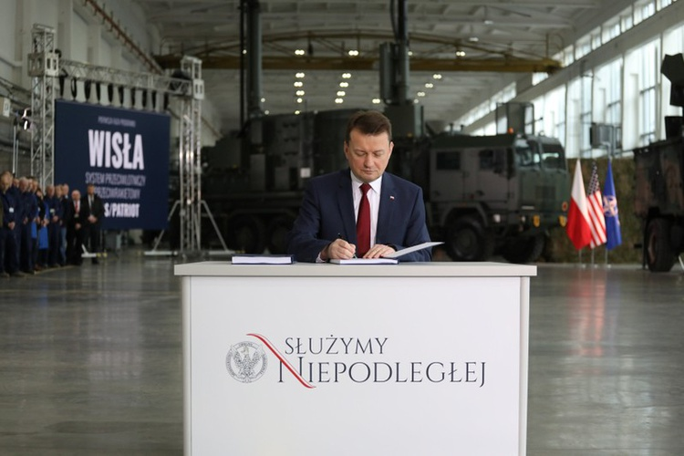 Polish Defense Minister Mariusz Blaszczak at the signing ceremony for the deal (KFGO)